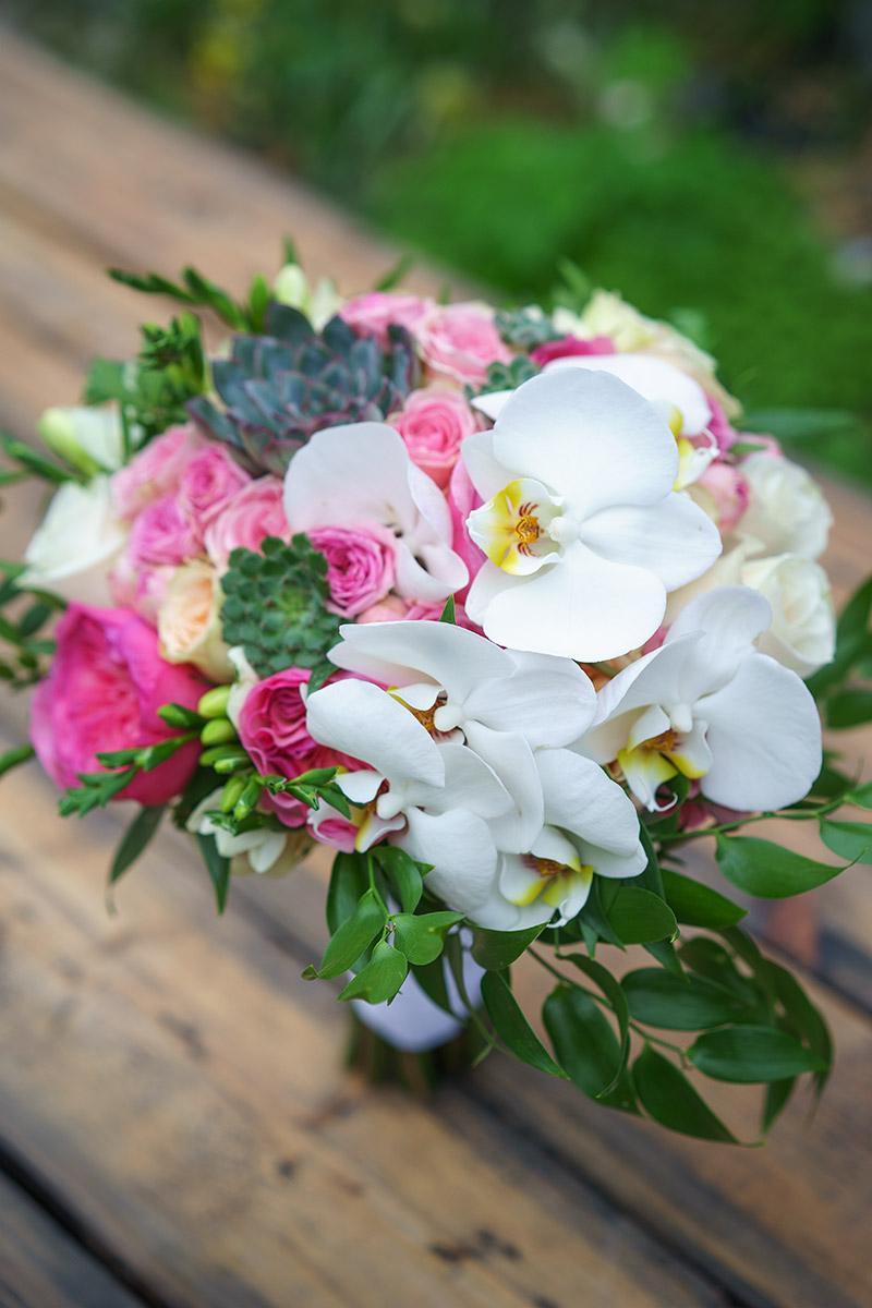Заказать свадебный букет из орхидей и фрезий, букеты композиции стол