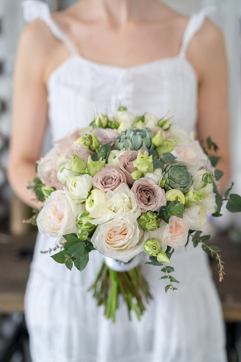 Букет невесты ранункулюсы и английские розы