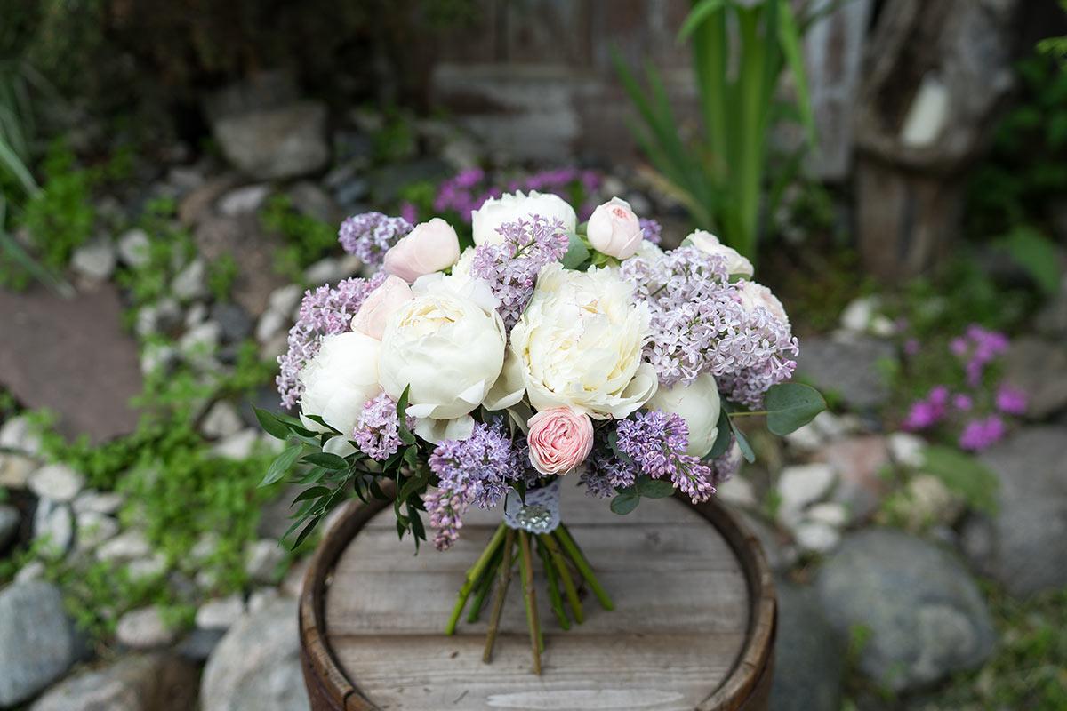 Розы, букет невесты из сирени и ромашки
