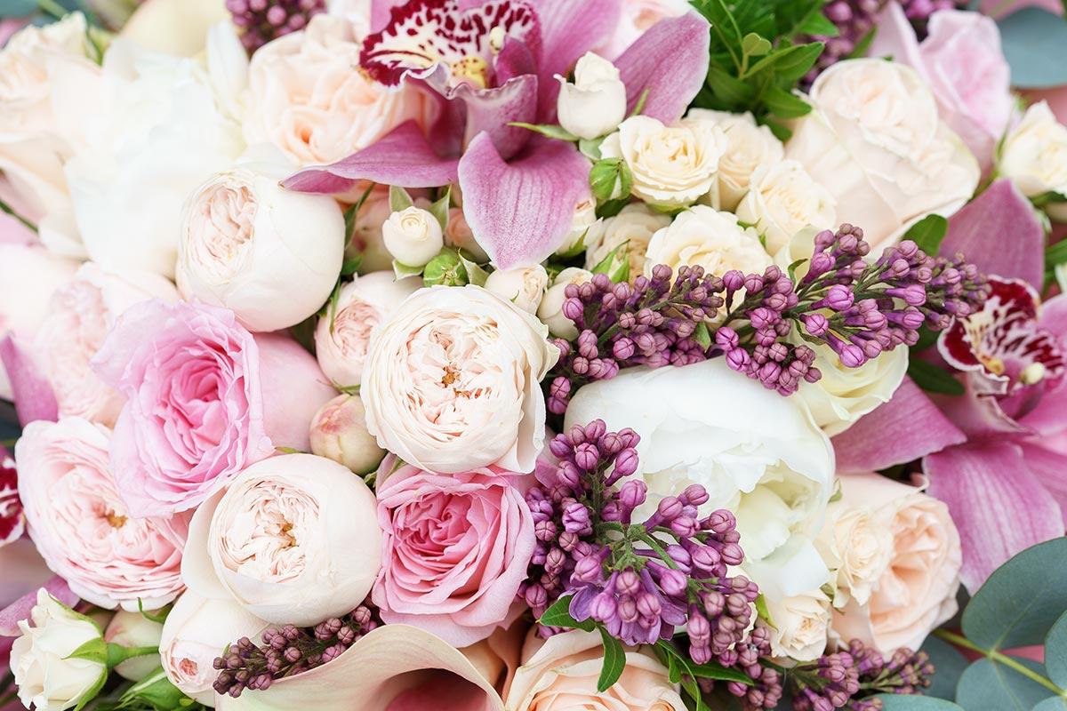Круглый букет из орхидей и розовых — 2